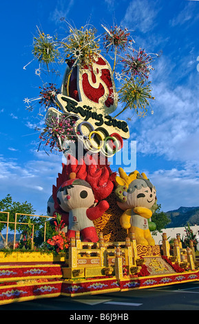 Rose Parade Float Chinese 2008 Beijing Olympic Games adorned with Olympic mascots and flanked by plate-twirling - Stock Image