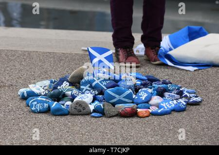 A display of painted stones with the Scottish flag at the entrance to the Scottish parliament in Edinburgh, Scotland, UK, Europe - Stock Image