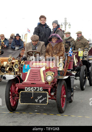 Dr Roger Lightfoot driving his 1902 De Dion Buton,  across the finishing line of the 2018 London to Brighton Veteran Car Run - Stock Image