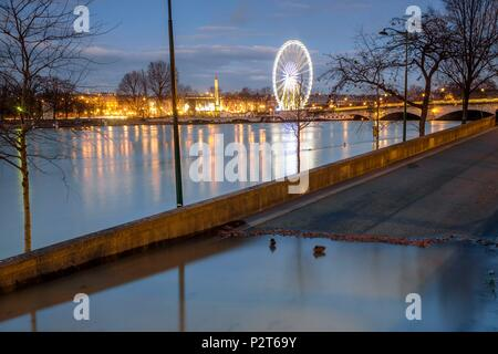 France, Paris, the banks of the Seine river listed as World Heritage by UNESCO, flood of the Seine river (january 2018), Big Wheel and Obelisk on Concorde square and the Concorde bridge - Stock Image