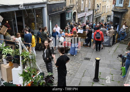 Crowds climb the steep streets  of Frome to enjoy the craft and artisan stalls at the Frome Independent market. Somerset England UK - Stock Image