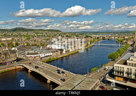 INVERNESS CITY SCOTLAND CENTRAL CITY THE RIVER NESS AND NESS ROAD BRIDGE AND HOUSES ON BOTH BANKS OF THE RIVER - Stock Image