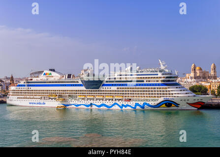 The cruise ship Aida Stella moored in Cadiz harbour with the cathedral in the background - Stock Image