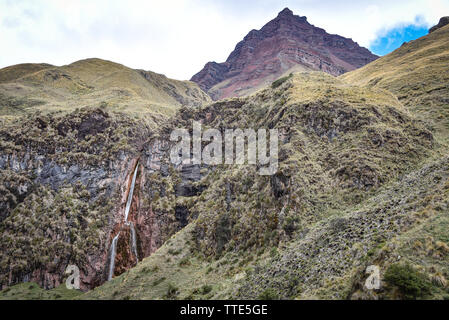 Dramatic Andes mountain scenery in the Quesqa Valley. Ancascocha, Cusco, Peru - Stock Image
