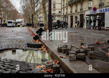 Paris, France. 1st December, 2018. Street paving during the Yellow Vests protest against Macron politic. Credit: Guillaume Louyot/Alamy Live News - Stock Image