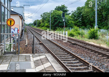 Berlin-Lichterfelde Ost railway station Platform & rail tracks. The station serves the S-bahn and Regional Express lines - S25, S26, RE3, RE4, RE5. - Stock Image