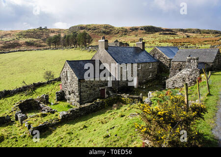 'Erwsuran' a traditional old Welsh stone farm house with slate roof and outbuildings in hills of Snowdonia. Tremadog Gwynedd north Wales UK Britain - Stock Image