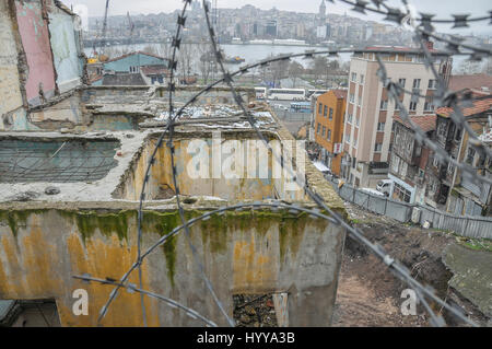 Ruined houses in the old quarter in Fatih district near the Golden Horn. - Stock Image