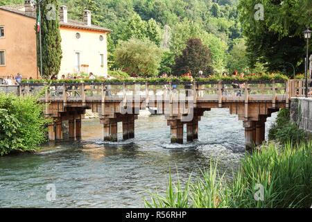 Verona , Italy 10 November 2018 : Crowd of people visiting the wooden Mon bridge . - Stock Image