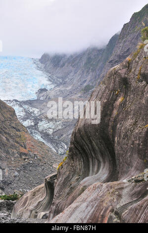 Carved patterns in the Vertical schist rock walls in the Franz Josef Glacier as it receeds  due to melting ice - Stock Image
