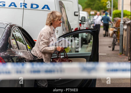 Macroom, West Cork, Ireland. 8th Oct, 2018. Assistant State Pathologist, Dr. Margaret Bolster, arrives to examine the body of the murder victim who has been named locally as 44 year old Timmy Foley. Credit: Andy Gibson/Alamy Live News. - Stock Image