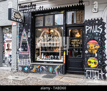 Berlin,Mitte. Pauls Boutique shop exterior & display window. Vintage clothing & fashion in Torstrasse - Stock Image