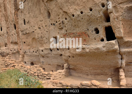 Long House (built against the canyon wall) with painted rooms, Frijoles Canyon, Pajarito Plateau, Bandelier National Monument, New Mexico 180924_69421 - Stock Image