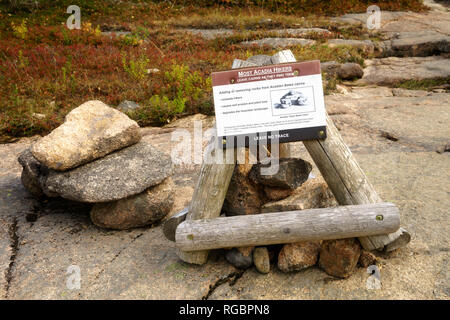Sign warning hikers to leave Acadian Bates cairns as they find them.Acadia National Park, Maine, USA. - Stock Image