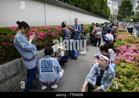 TOKYO, JAPAN - MAY 18: Festival participants take a rest during a festival called 'Sanja Matsuri' on May 18, 2019 in Tokyo, Japan. A boisterous traditional mikoshi (portable shrine) is carried in the streets of Asakusa to bring luck, blessings and prosperity to the area and its inhabitants. (Photo: Richard Atrero de Guzman/ AFLO) - Stock Image