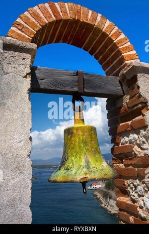 Warning Bell in Historic San Pedro de la Roca Medieval Fort overlooking Santiago de Cuba Bay - Stock Image