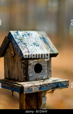 Rustic small bird house on post - Stock Image