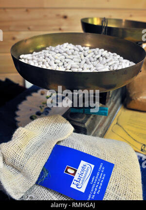 Just picked white Haricot Beans being weighed on a set of traditional scales in Castelnaudary, Aude, Languedoc-Roussillon, France - Stock Image