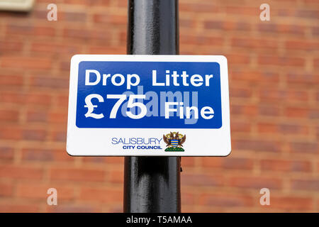 Sign warning of £75 fine for dropping litter in Salisbury UK - Stock Image