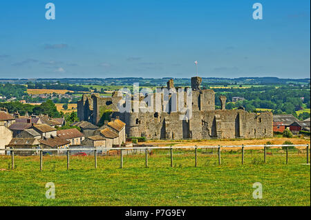 The ruins of Middleham Castle on the edge of the village in North Yorkshire - Stock Image