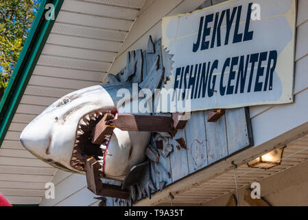 Jekyll Fishing Center at the Jekyll Island Pier on Jekyll Island, GA offers bait & tackle, nautical gifts, beach & fishing rentals, and excursions. - Stock Image