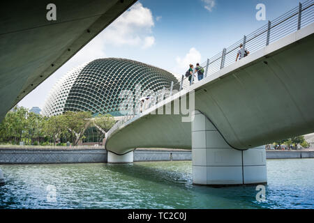 Bridge to the Esplanade in Marina Bay in Singapore - Stock Image