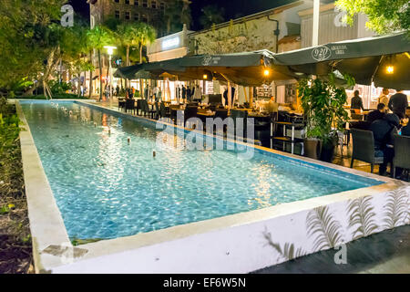 People dining next to public fountain and pool at 920 Argentine grill along the Lincoln Road Mall on Miami Beach, - Stock Image
