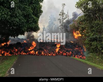 A pyroclastic lava flow from the Kilauea volcanic eruption moving along Makamae Street May 6, 2018 in Leilani Estates, Hawaii. The recent eruption continues destroying homes, forcing evacuations and spewing lava and poison gas on the Big Island of Hawaii. - Stock Image