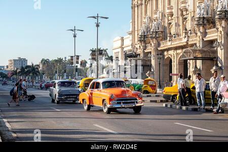 American car taxis outside Gran Teatro de la Habana Alicia Alonso (theatre) next to the Capitolio Nacional, in the centre of Havana, capital of Cuba - Stock Image