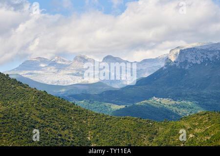 Town of Bestué with Sierra de las Tucas peaks at the background in Ordesa y Monte Perdido National Park (Sobrarbe, Huesca, Pyrenees, Aragon, Spain) - Stock Image