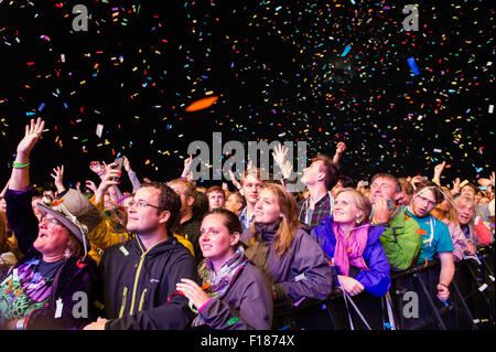 Portsmouth, UK. 29th August 2015. Victorious Festival - Saturday. The crowd are showered in confetti during the - Stock Image
