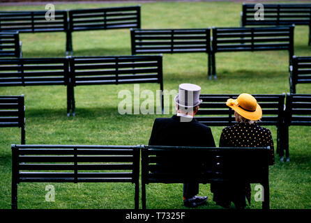 Ascot Race Day, Ascot Royal Berkshire. 1986 Royal Ascot Man and Woman sitting waiting for the races to start. - Stock Image