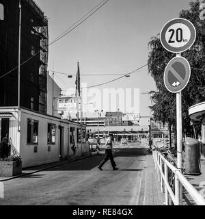 August 1986, Allied Checkpoint Charlie, British military police officer, Friedrichstrasse street, Kreuzberg, West Berlin, Germany, Europe, - Stock Image