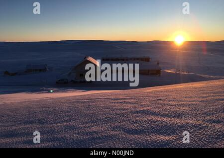Rv7 70, Vøringsfoss, Norway. 06th Jan, 2018. Sun going down on Dyranut mountain lodge, on road 7 crossing Hardangervidda - Stock Image