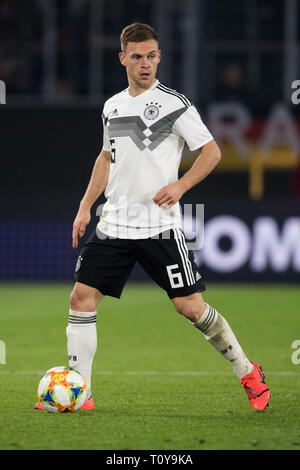 Wolfsburg, Deutschland. 21st Mar, 2019. Joshua KIMMICH (GER) with Ball, single action with ball, action, full figure, upright format, Football Laenderpiel, Friendly Match, Germany (GER) - Serbia (SRB) 1: 1, on 20.03.2019 in Wolfsburg/Germany. ¬ | usage worldwide Credit: dpa/Alamy Live News - Stock Image