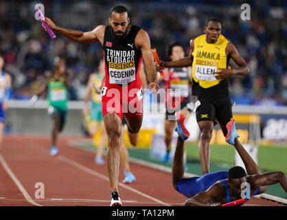 YOKOHAMA, JAPAN - MAY 12: Machel Cedenio of Trinidad and Tobago and Paul Dedewo of the USA race towards the finish line in the mens 4x400m final during Day 2 of the 2019 IAAF World Relay Championships at the Nissan Stadium on Sunday May 12, 2019 in Yokohama, Japan. (Photo by Roger Sedres for the IAAF) - Stock Image