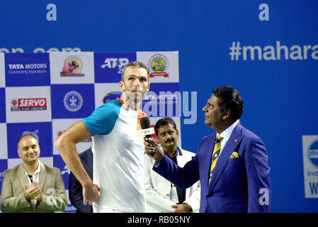 Pune, India. 5th January 2019. Ivo Karlovic of Croatia, runner-up in singles title, speaks to Vijay Amritraj during the presentation ceremony at Tata Open Maharashtra ATP Tennis tournament in Pune, India. Credit: Karunesh Johri/Alamy Live News - Stock Image