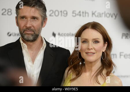 Karlovy Vary, Czech Republic. 28th June, 2019. US actress Julianne Moore and her husband, scriptwriter and director Bart Freundlich arrive to the opening ceremony of the 54th Karlovy Vary International Film Festival begins on June 28, 2019, in Karlovy Vary, Czech Republic. Credit: Katerina Sulova/CTK Photo/Alamy Live News - Stock Image