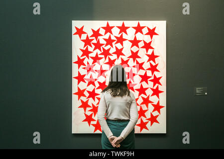 London, UK. 21st June, 2019. A Sotheby's assistant with Cluster, 2015 Acrylic on linen by Charlene von Heyl. Estimate: £50,000-70,000 at the Sotheby's Contemporary Art Auction preview for the Evening sale on 26 June Credit: amer ghazzal/Alamy Live News - Stock Image