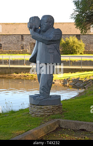 Wood Sculpture of Cameraman Photographing Ballydehob Viaduct - Stock Image