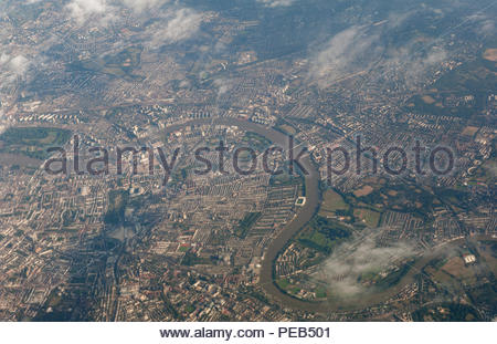 London UK 13th August 2018  UK weather Sunny spells over London.     A gap in the clouds towards evening affords passengers of an overflying jet iner a lovely view of the Thames at Fulham. Credit: Richard Wareham Fotografie/Alamy Live News - Stock Image