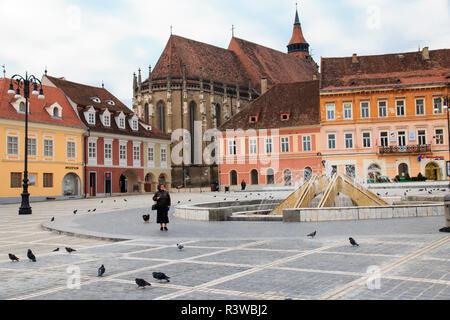 Romania, Brasov, Council Square, Piata Sfatului Black Church. Fountain - Stock Image