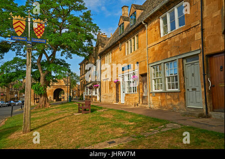 High Street, Chipping Campden with buildings in Cotswold stone - Stock Image