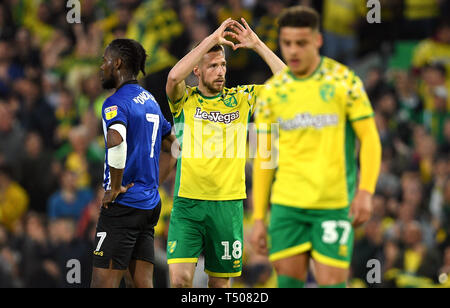 Norwich City's Marco Stiepermann (centre) celebrates scoring his side's first goal of the game during the Sky Bet Championship match at Carrow Road, Norwich. - Stock Image