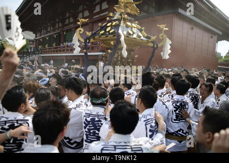 TOKYO, JAPAN - MAY 18: Participants clad in traditional happi coats carry a portable shrine near Sensoji Temple during Tokyo's one of the largest three day festival called 'Sanja Matsuri' on May 18, 2019 in Tokyo, Japan. A boisterous traditional mikoshi (portable shrine) is carried in the streets of Asakusa to bring goodluck, blessings and prosperity to the area and its inhabitants. (Photo: Richard Atrero de Guzman/ AFLO) - Stock Image