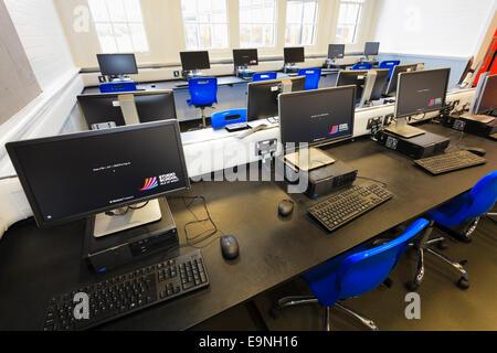 Unoccupied pupils computer room at Isle of Wight Studio School - Stock Image