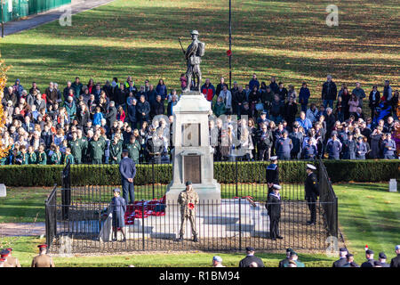Trowbridge, Wiltshire, UK, 11th November 2018,  Crowd at war memorial in Trowbridge park  Credit Estelle Bowden/Alamy Live news - Stock Image