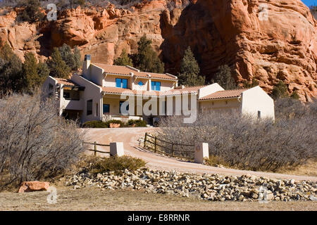 A stucco house amongst red rocks in Perry Park, Colorado - Stock Image