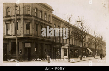 The Grove Tavern, Hammersmith, London on the corner of Hammersmith Grove and Adie Road. Still open to this day.     Date: circa 1920s - Stock Image