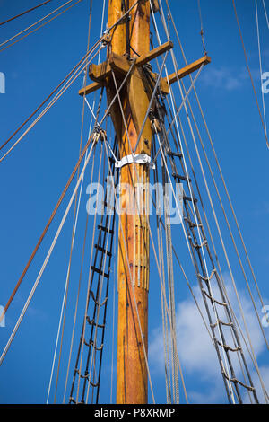Detail of the mast and rigging of a large sailing boat - Stock Image